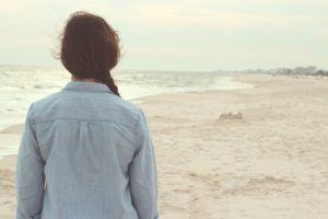 ADHDmamma - trist og bekymret, ser utover havet