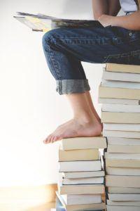 bilde elev på stabel bøker
