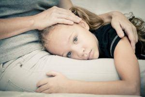 bilde jente på fang mor, trist